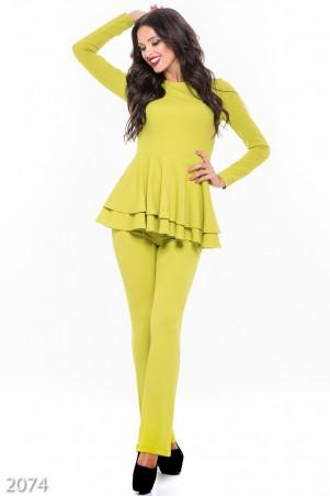ISSA PLUS: Оливковый брючный костюм с кофтой с двойной баской 2074_оливковый - главное фото