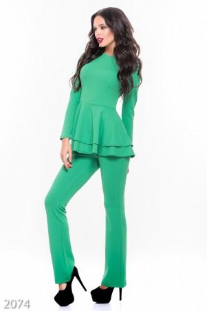 ISSA PLUS: Зеленый брючный костюм с кофтой с двойной баской 2074_зеленый - главное фото