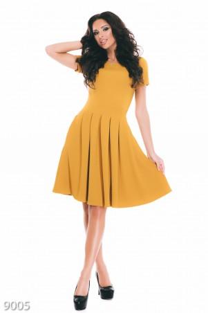 ISSA PLUS: Фактурное трикотажное платье горчичного цвета с коротким рукавом 9005_горчичный - главное фото