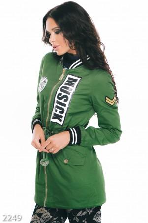 ISSA PLUS: Зеленая женская парка из джинса с принтом на груди 2249_зеленый - главное фото