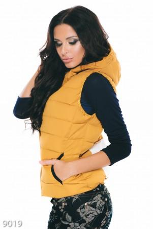 ISSA PLUS: Горчичная стеганная жилетка на синтепоне с белым принтом на груди и спине 9019_горчичный - главное фото