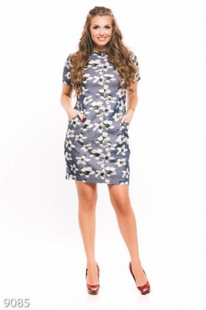ISSA PLUS: Синее джинсовое платье с карманами в крупный цветочный принт 9085_мультиколор - главное фото