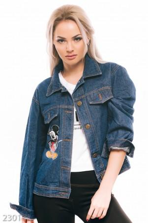 ISSA PLUS: Синяя джинсовая куртка с крупным принтом Микки-мауса на груди и спине 2301_синий - главное фото