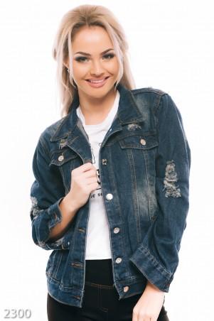 ISSA PLUS: Синяя джинсовая куртка с потетостями и декоративными дырами 2300_синий - главное фото