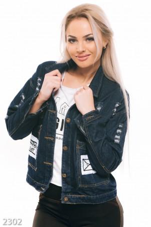 ISSA PLUS: Темно-синяя джинсовая куртка с белым принтом и декоративными дырами 2302_синий - главное фото