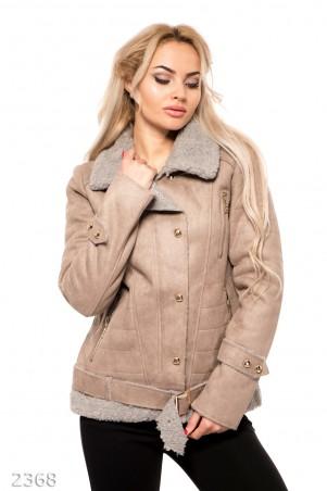 ISSA PLUS: Короткая серо-бежевая дубленка с карманами и серым каракулевым декором 2368_серый - главное фото