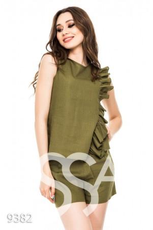 ISSA PLUS. Оливковый костюм без рукавов с шортами и рюшем сбоку. Артикул: 9382_оливковый