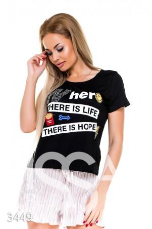 ISSA PLUS: Черная свободная футболка с принтом и яркими нашивками 3449_черный - главное фото