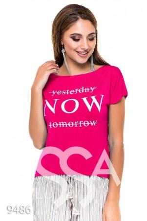 """ISSA PLUS. Малиновая укороченная футболка с крупным принтом """"СЕЙЧАС"""". Артикул: 9486_малиновый"""
