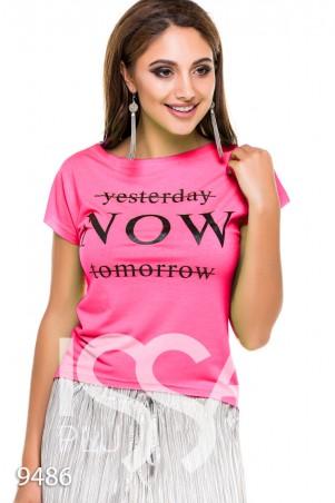 """ISSA PLUS. Розовая укороченная футболка с крупным принтом """"СЕЙЧАС"""". Артикул: 9486_розовый"""