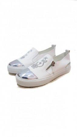 ISSA PLUS: Белые слипоны из эко-кожи с глянцевым носком и вышивкой VIO-9-211_белый - главное фото