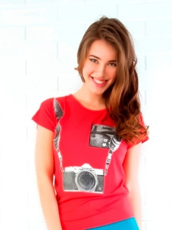 ISSA PLUS: Коралловая футболка с принтом Фотоаппарат 31_коралловый - главное фото