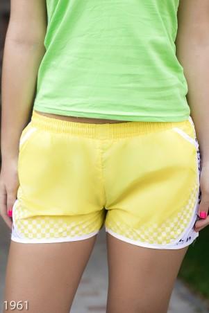 ISSA PLUS: Спортивные легкие шорты желтого цвета с цветочным принтом на лампасах 1961_желтый - главное фото