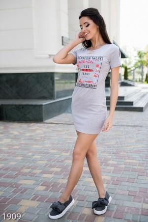 ISSA PLUS: Серое платье-футболка с 3D принтом и золотистой нашивкой PRETTY 1909_серый - главное фото