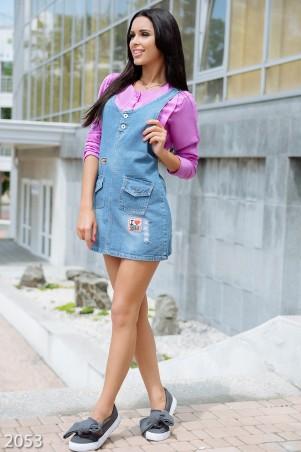 ISSA PLUS: Голубой джинсовый сарафан с нашивками и кармашками впереди 2053_голубой - главное фото